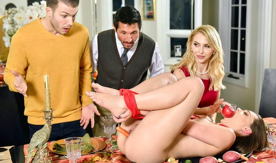 Брюнетка и блондинка устроили за ужином групповой секс со своими мужьями