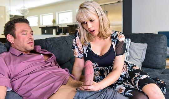Блондинка мамочка соблазняет соседа минетом и прыгает на его члене киской