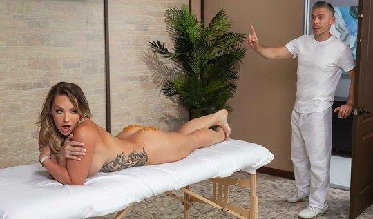 После массажа девушка в позе раком получает глубокий анальный трах