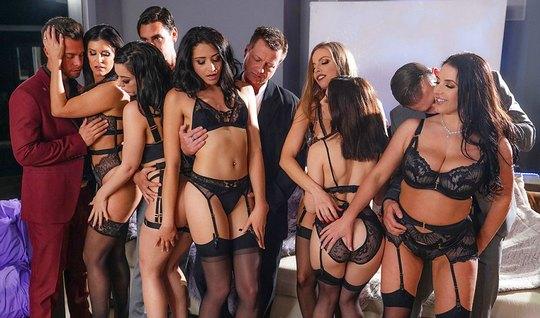 Оргия настоящий звезд порнографии в чулках и мощный оргазм красоток