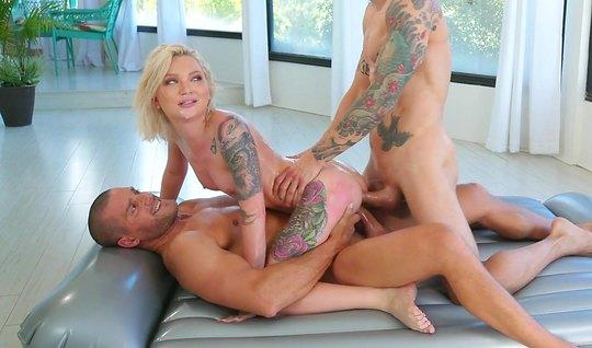 После массажа татуированная блондинка кончает от двойного проникновения