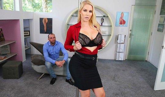 Блондинка с большими дойками подставляет рот для минета, а киску для вагинала