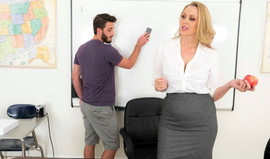 Зрелая дамочка в офисе наслаждается сексом с молодым студентом