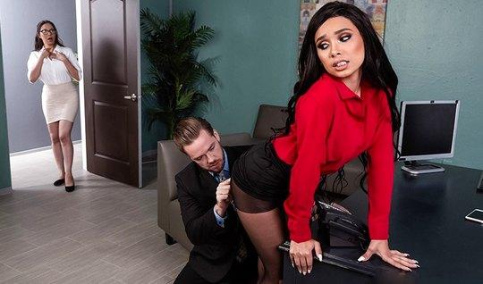 Похотливая секретарша в чулках подставляет волосатую щель для порки с боссом