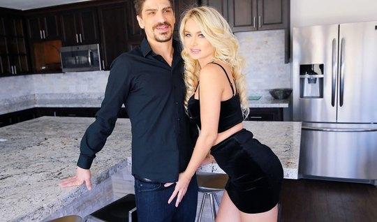 Блондинка на кухне трахается с усатым соседом до оргазма и снимает Full HD видео