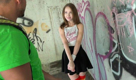 Русская молодуха на публике раздвинула ноги для страстного траха