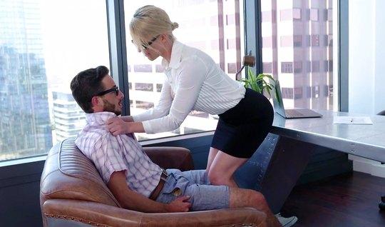Зрелая красотка в офисе залезла на член своего молодого секретаря