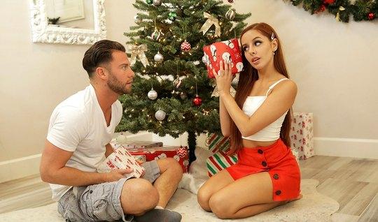 Рыжая подружка перед Рождеством дарит парню реальный трах под елкой