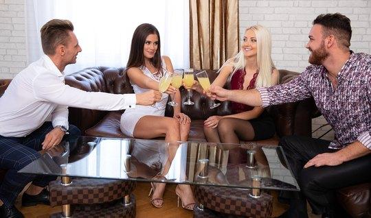 Сивингеры на диване устроили с девушками в чулках групповой секс