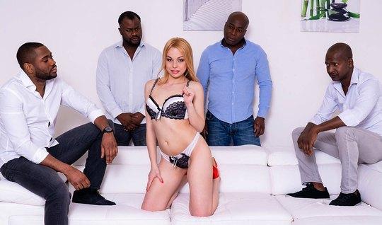 Стройная блондинка во время оргии с неграми получает групповой анал и оргазм...
