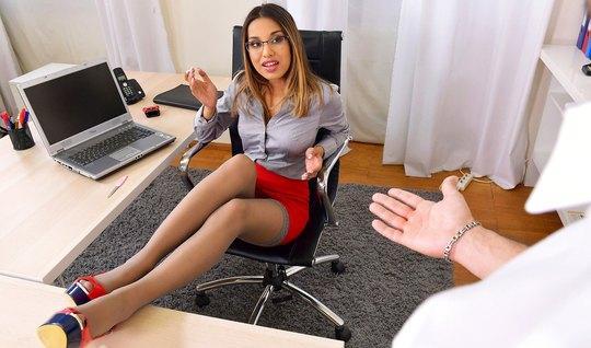 Грудастая телка в офисе задрала ноги вверх и сняла трусики для анала