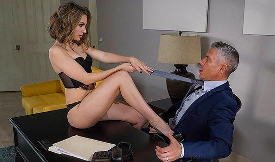 Брюнетка секретарша ублажает босса и доводит его до оргазма прямо в кабинете