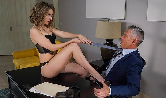 Секретарша брюнетка соблазнила босса на секс прямо в его кабинете на столе