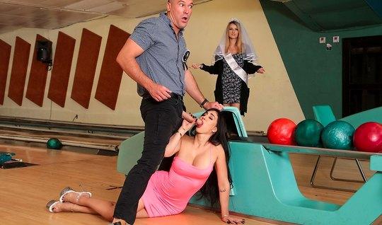 Парень изменяет своей подружке с брюнеткой с большими дойками