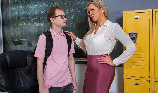 Мамочка в кабинете оставила студента и залезла на его член ради оргазма