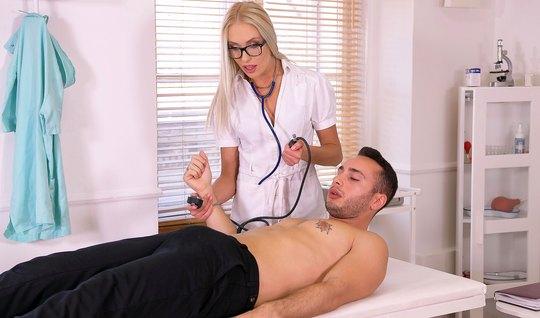 Блондинка в офисе трахает русского пациента и доводит его до оргазма