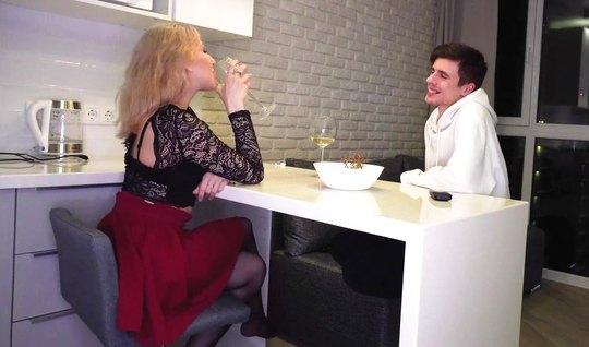 Русская девушка в чулках подставляет пилотку для съемки домашнего секса
