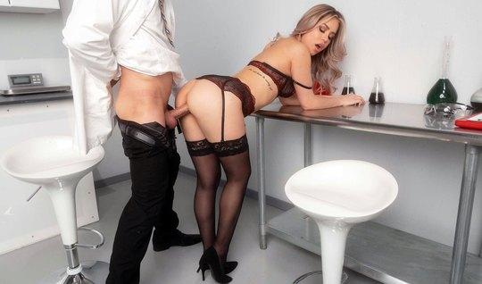 В офисе девушка в чулках получает от своего любовника мощный оргазм