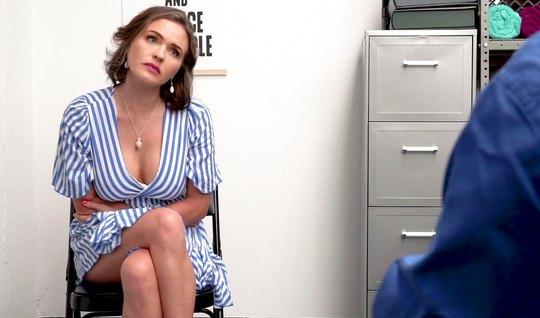 Мамка в офисе разделась до гола для того, чтобы заняться сексом с агентом