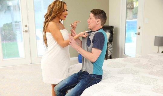 Мамочка с большими дойками соблазнила молодого парня на трах в спальне