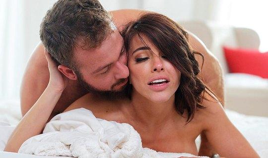 Брюнетка после минета получает от бородатого парня нежный секс
