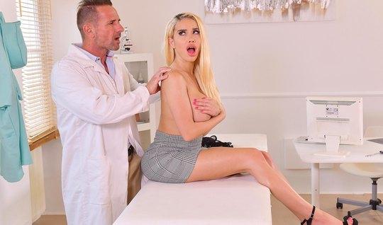 Блондинка с большими дойками прямо в офисе доктора кончает от секса