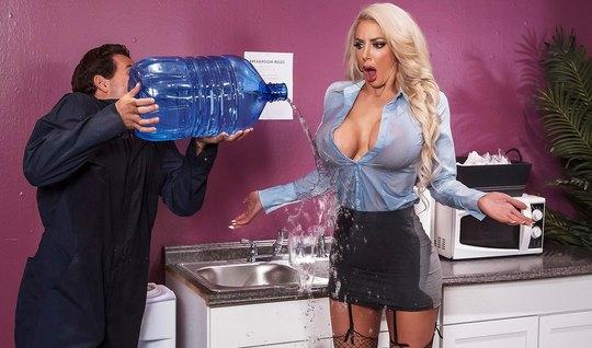 Блондинка с большими дойками в офисе занимается сексом с доставщиком воды