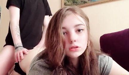 Молодая девушка играет в приставку, а ее парень снимает домашнее порно