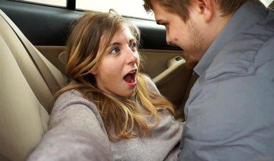 Молодая няшка после минета подставляет свою тугую щель для домашнего порно в машине