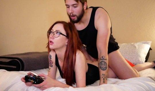 Рыжая девушка в очках в позе раком трахается ради домашнего порно