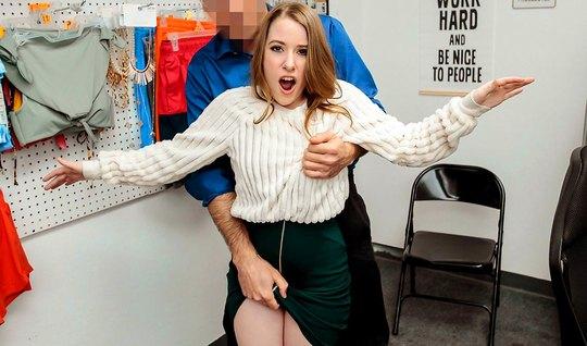 Молодая девушка прямо в офисе прыгает на члене развратного охранника