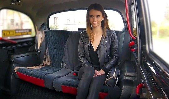 Молодая Адель Юникон расплатилась с водителем за подвоз сексом в машине