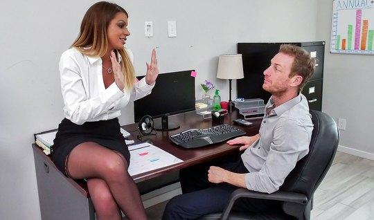 Распутница в чулках прямо в офисе на столе соблазняет коллегу и насаживается на его шишку