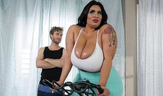Майкл Вегас на тренировке решил оттрахать толстую бабу раком без презика