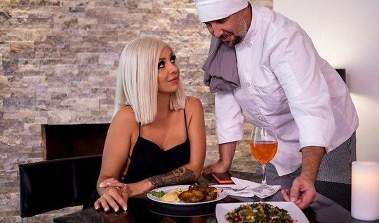 Шеф-повар трахнул в анал блондинку в чулках за ее комплименты его блюдам