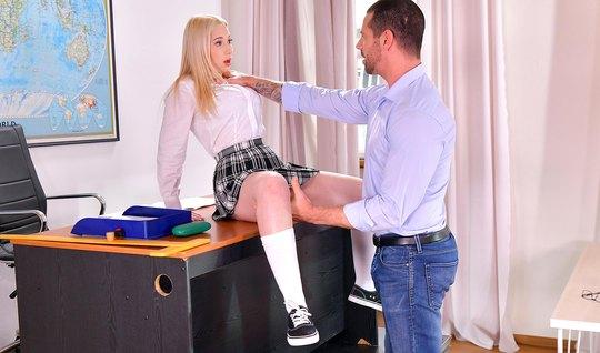 Учитель стягивает трусики с блондинки-студентки и пихает хер ей в писечку
