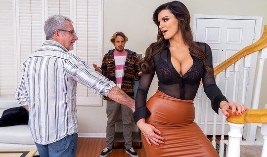 Мамка с большими дойками изменяет старому мужу с его развратным сыном