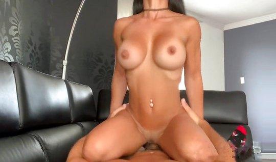 Парень снимает на видео камеру домашнее порно с грудастой подругой в позе раком