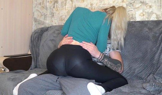 Татуированная блондинка после минета снимает с парнем домашнее порно...
