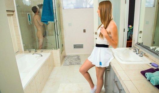 Райан Маклейн схватил голую Эшли Лейн за шею, прижавшись сзади и отодрал ее стоя в ванной