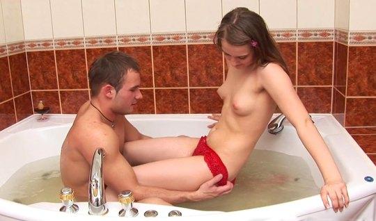 Симпатичная русская пара занимается сексом в ванной и сладко кончает от счастья...