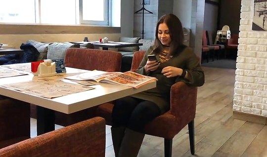 Русский пикапер развел на минет незнакомку и дал ей в рот в туалете кафе