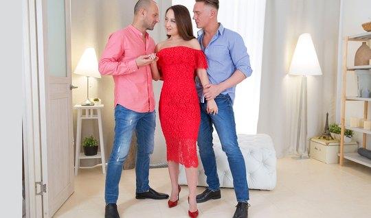 Русская снимает красное платье и хочет двойного проникновения в жопец от приятелей
