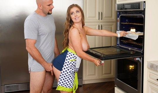 Волосатая домохозяйка на кухне светит большими дойками перед хуястым соседом