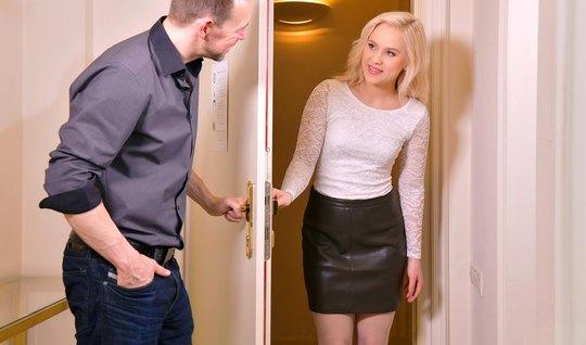 Русская блондинка приехала на свидание и получила большой член в дырочки