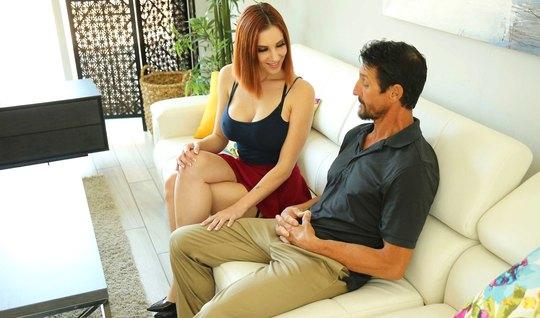 Рыжая снимает майку и показывает чужому мужу большие красивые дойки на диване