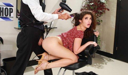 Анальная девушка из Brazzers работает раком на большом члене парикмахера