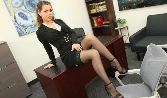 Начальница в офисе в одних чулках полирует стояк бородатого подчиненного