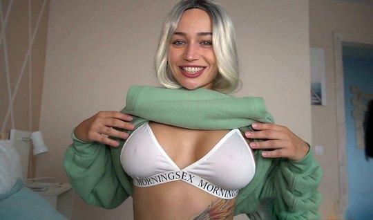 Блондинка согласна показать татуированное премиум теле в домашнем сексе