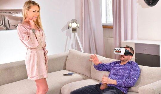 Мужик в очках виртуальной реальности отодрал татуированную премиум блонду в щель